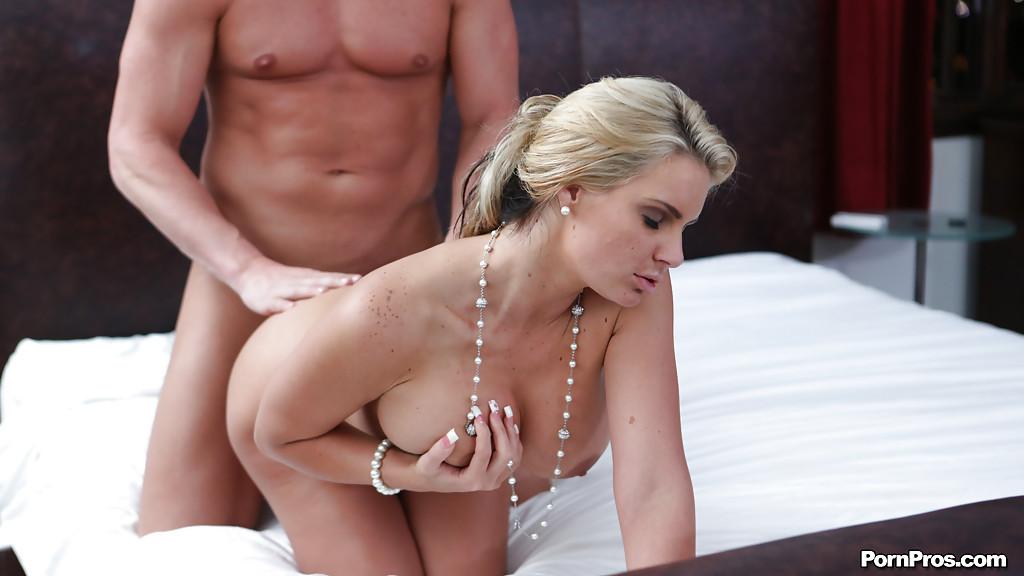 Голая тетка трахается на лежанке с лысым мужчиной секс фото