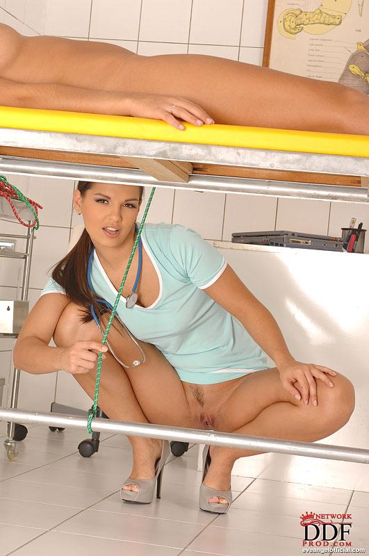Медсестра привязывает к софе голенькую пациентку