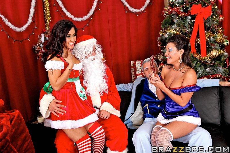 Санта с другом ебет девок недалеко от новогодней елки