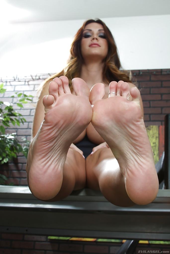 Сисястая дама показывает ножки сидя на столе