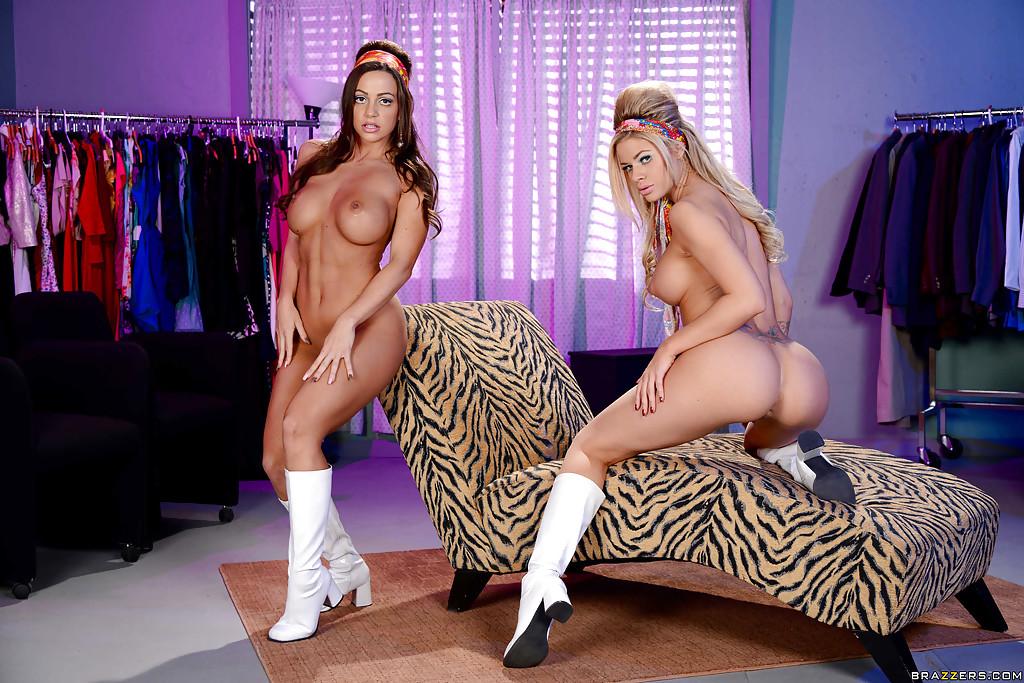 Роскошные любовницы хвастают грудями на тигровом кресле