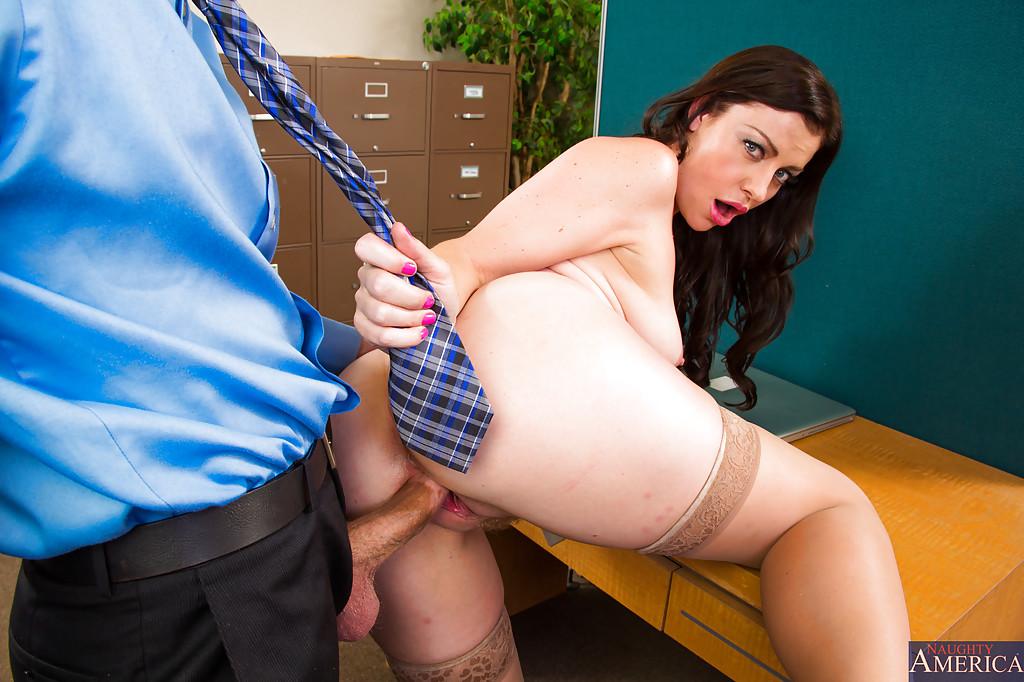 В разгар рабочего дня начальница совокупляется с работником