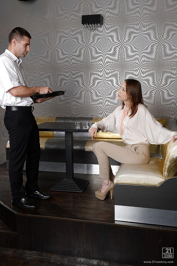 Пошлячка облизывает официанту в кафе