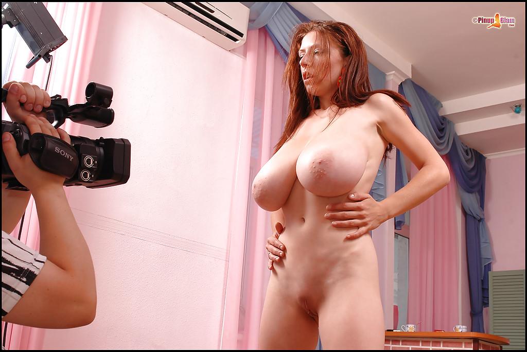 Голая нимфа светит перед камерой огромными дойками