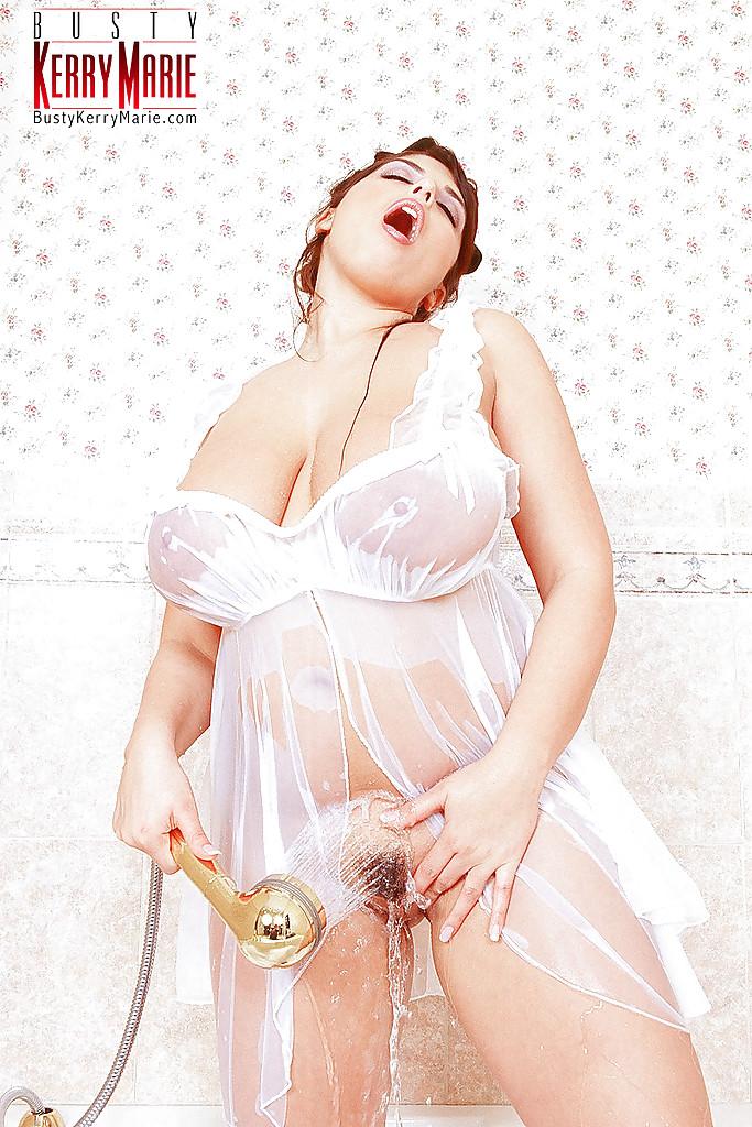 Жирдяйка в душе моет большой бюст секс фото