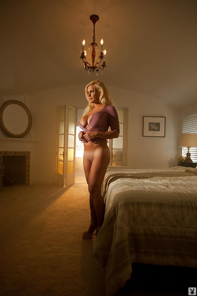 Бестия фотографируется в домашних условиях с тусклым освещением