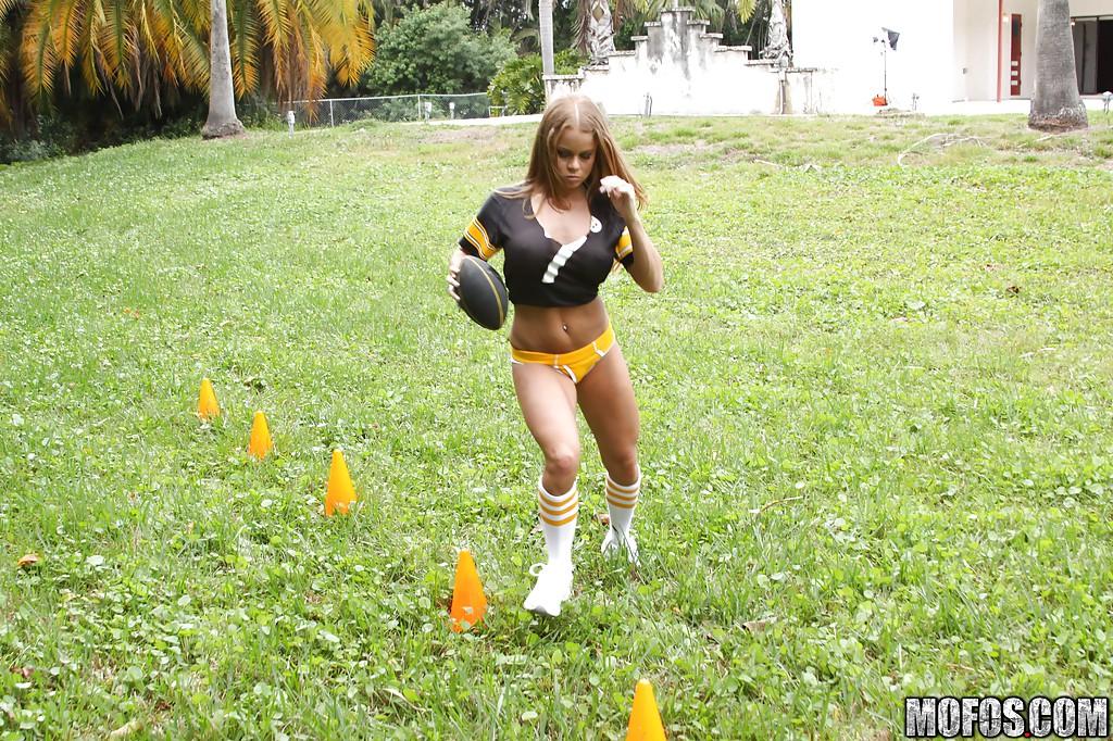 Спортсменка на свежем воздухе мастурбирует сразу две дырки
