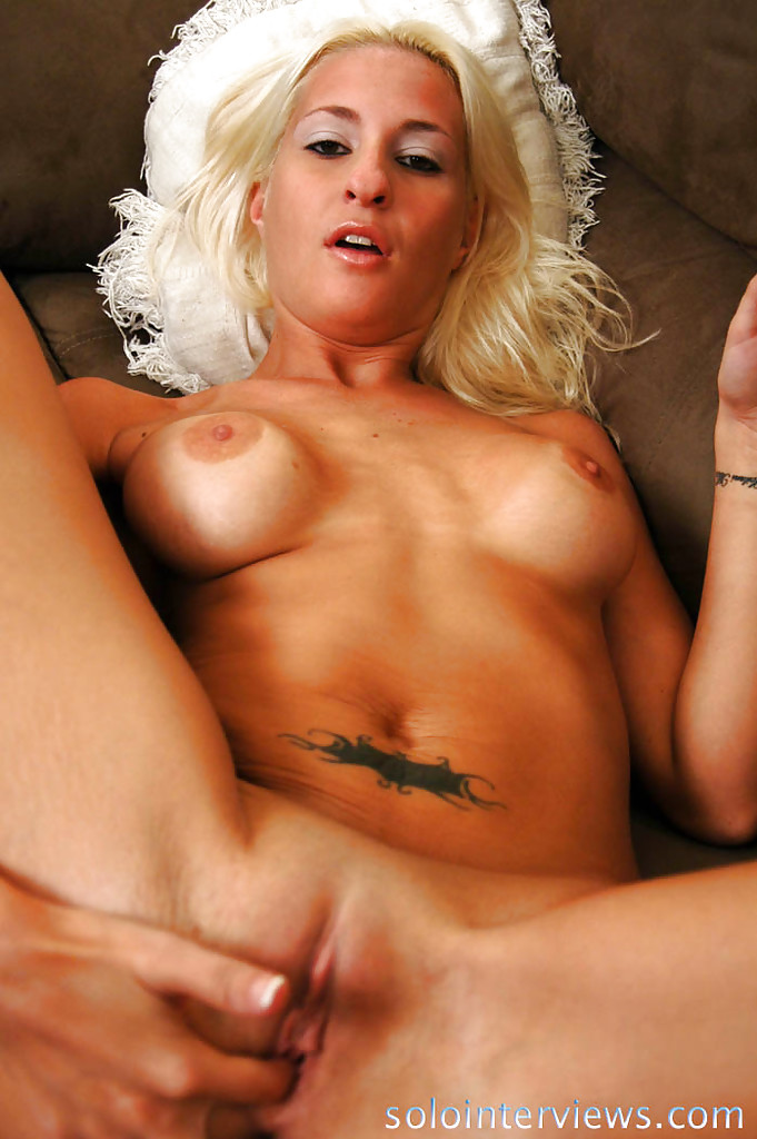 На тахте блондиночка трахает вагину пальцами секс фото