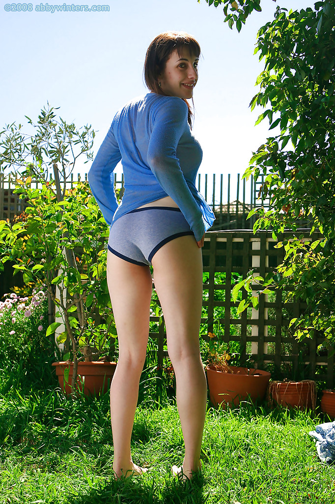 Няшка сняла всю одежду на огороде