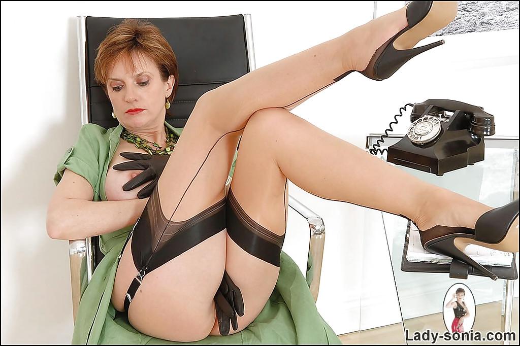 Строгая зрелка щипает себя за твердые соски сидя с расставленными ногами