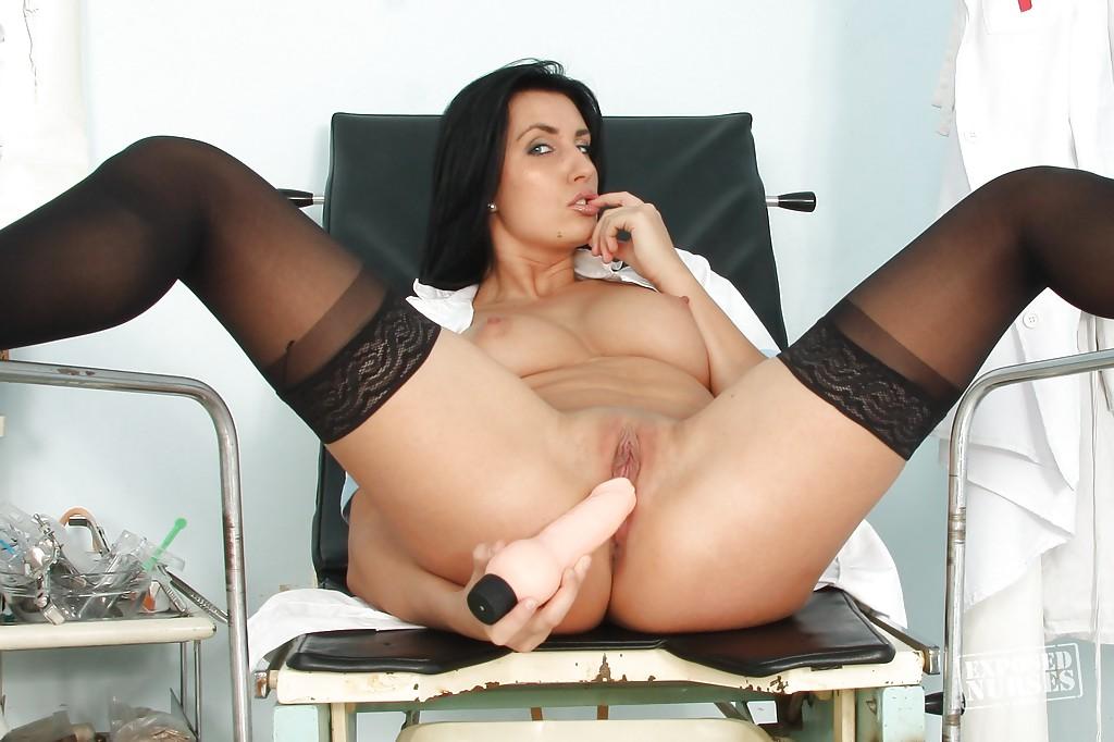 Медсестра мастурбирует киску фаллоимитатором в кабинете
