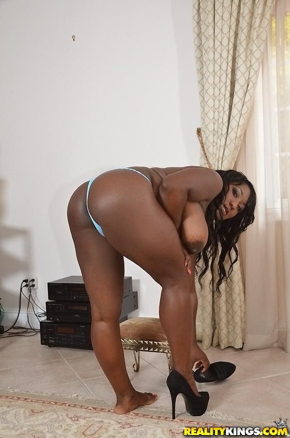 В квартире сочная негритянка показала крупные бидоны