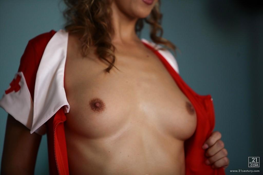Жгучая медсестричка оголяет прелести в палате