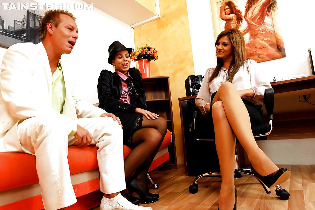 Ловелас снимается с парой бисексуалок у себя в квартире