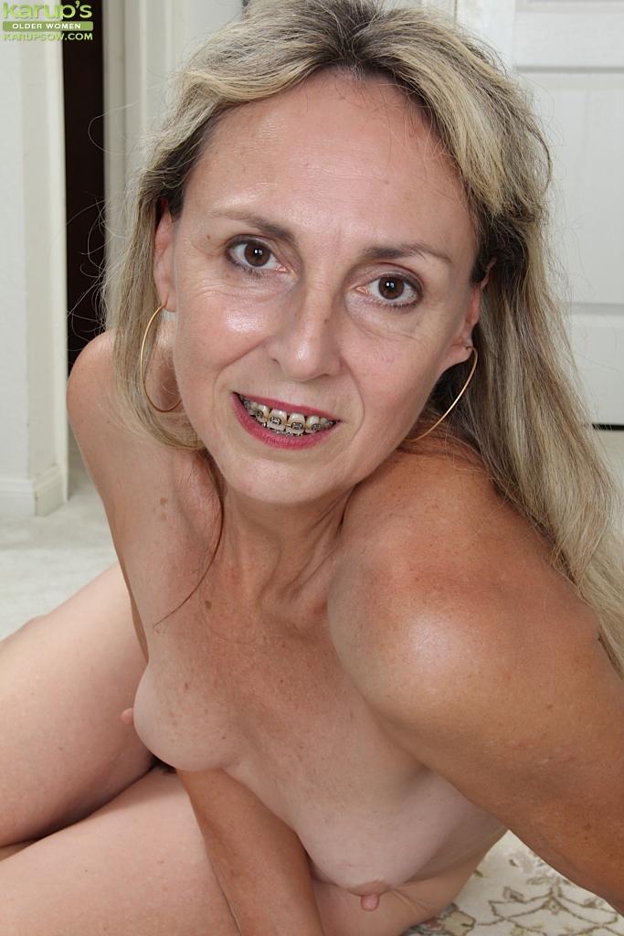 Бабулька у себя дома показывает мохнатку смотреть эротику