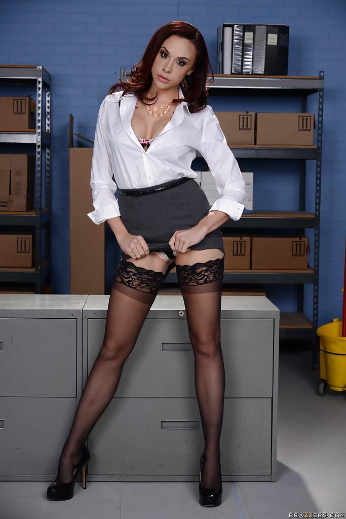 Секретарша показывает силиконовый бюст на рабочем столе