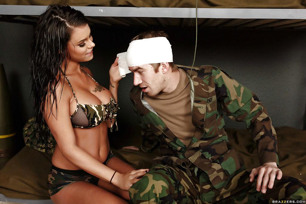 Девушка отсасывает солдату в казарме