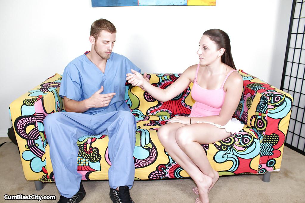 Супермодель в домашних условиях мастурбирует писюн врачу скорой помощи
