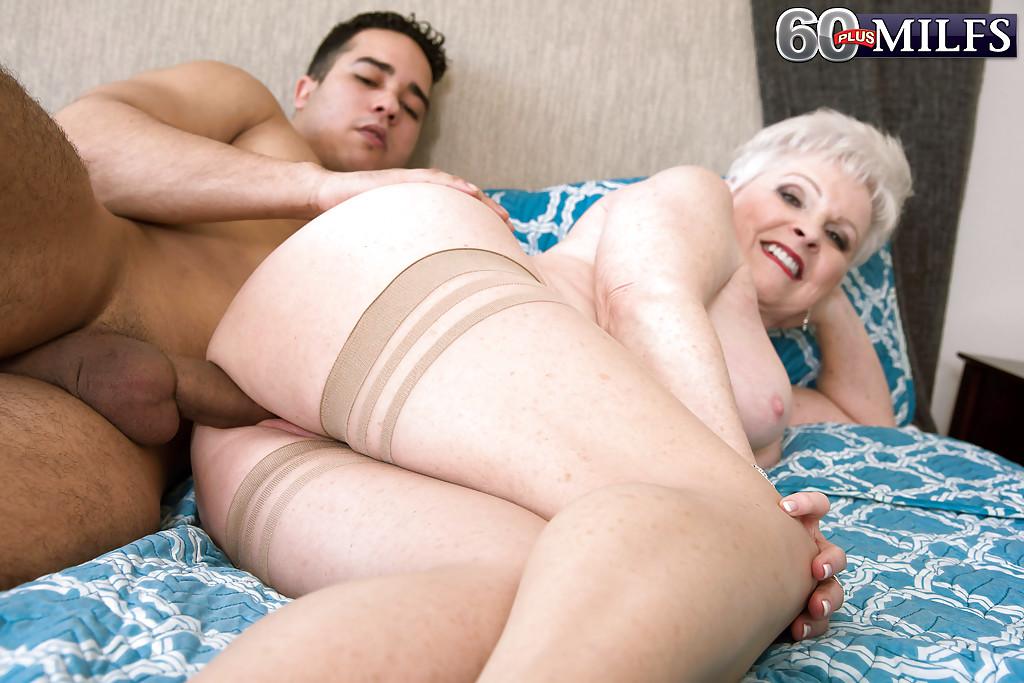 Седая бабушка делает минет молодчику на лежанке секс фото
