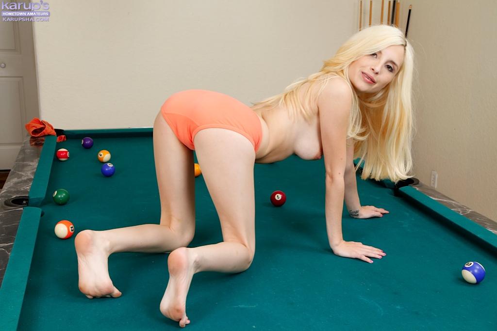 Раздетая блондинка на бильярдном столе обнажает писечку секс фото