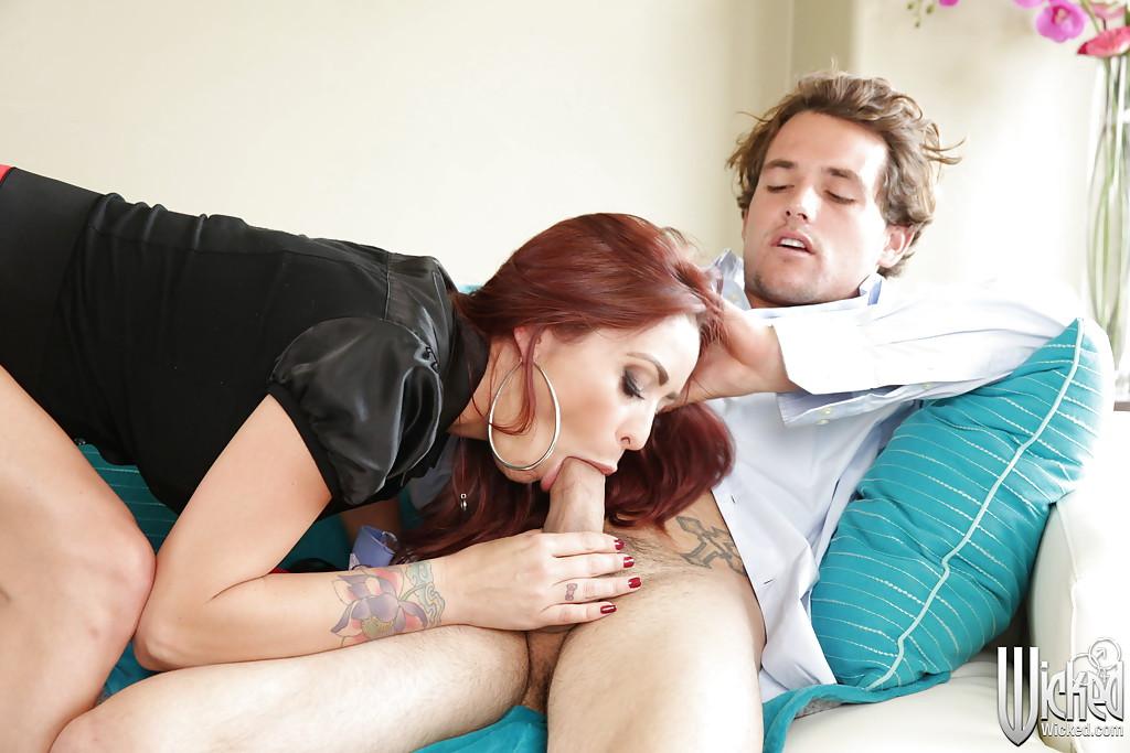 Monique Alexander сосет елдак любовника сидящего в кресле