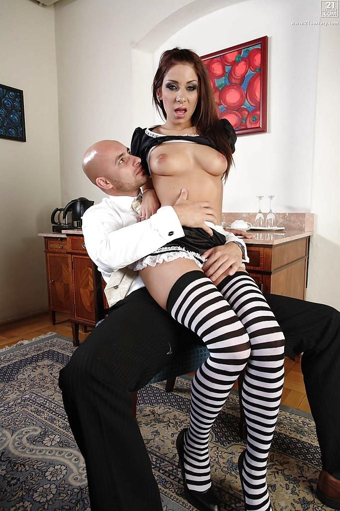 Лысый сосед порет горничную в своем кабинете секс фото