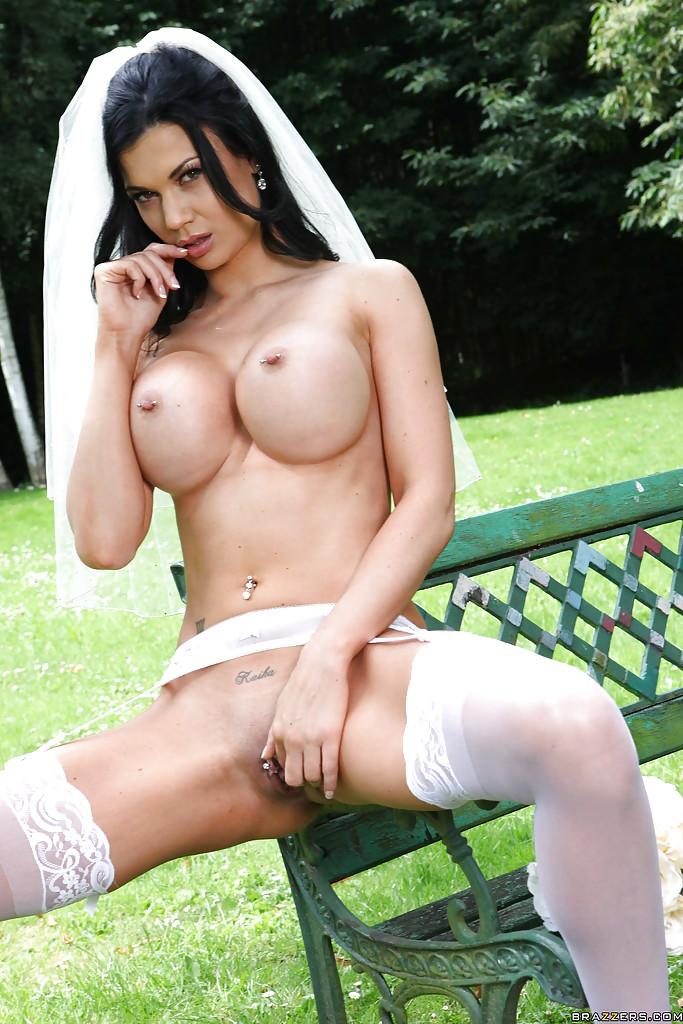 Ласковая невеста показывает голенькую сраку на скамейке смотреть эротику