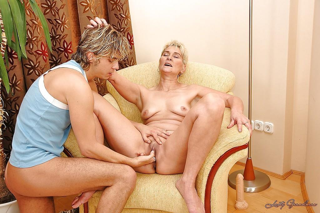 Молодой паренек грешит с голой старушкой у нее в своей квартире
