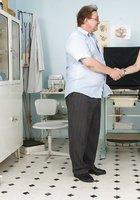 В кабинете врач осматривает вагину зрелой пациентки 1 фотография