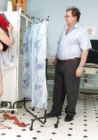 В кабинете врач осматривает вагину зрелой пациентки 2 фотография