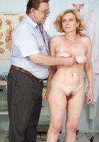 В кабинете врач осматривает вагину зрелой пациентки 3 фотография