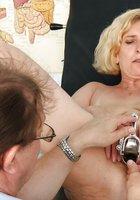 В кабинете врач осматривает вагину зрелой пациентки 11 фотография