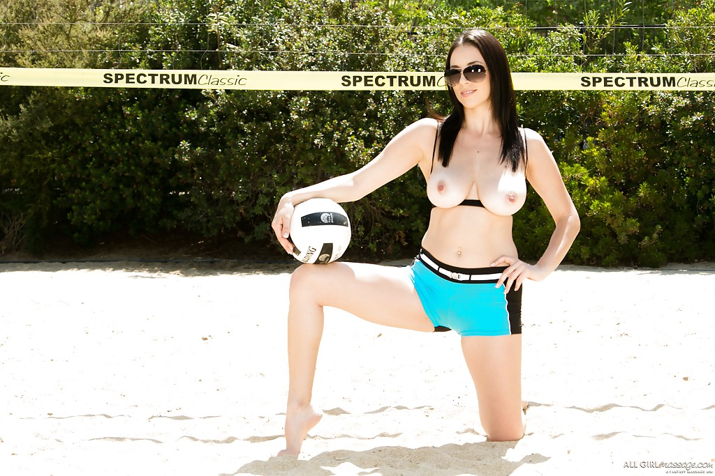 Jelena Jensen разделась догола на волейбольной площадке