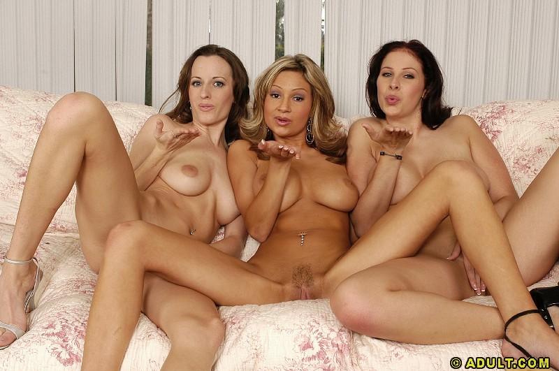 В комнате три голые сестры обмениваются минетом
