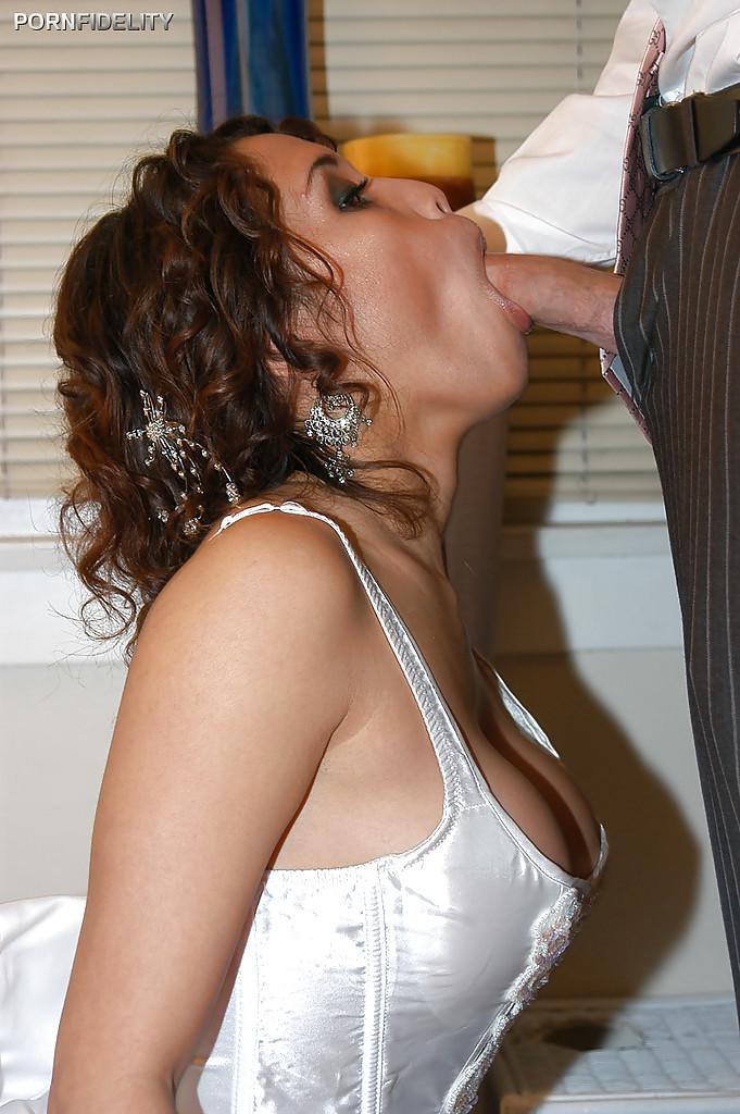 Перед свадьбой жених жарит невесту в спальне