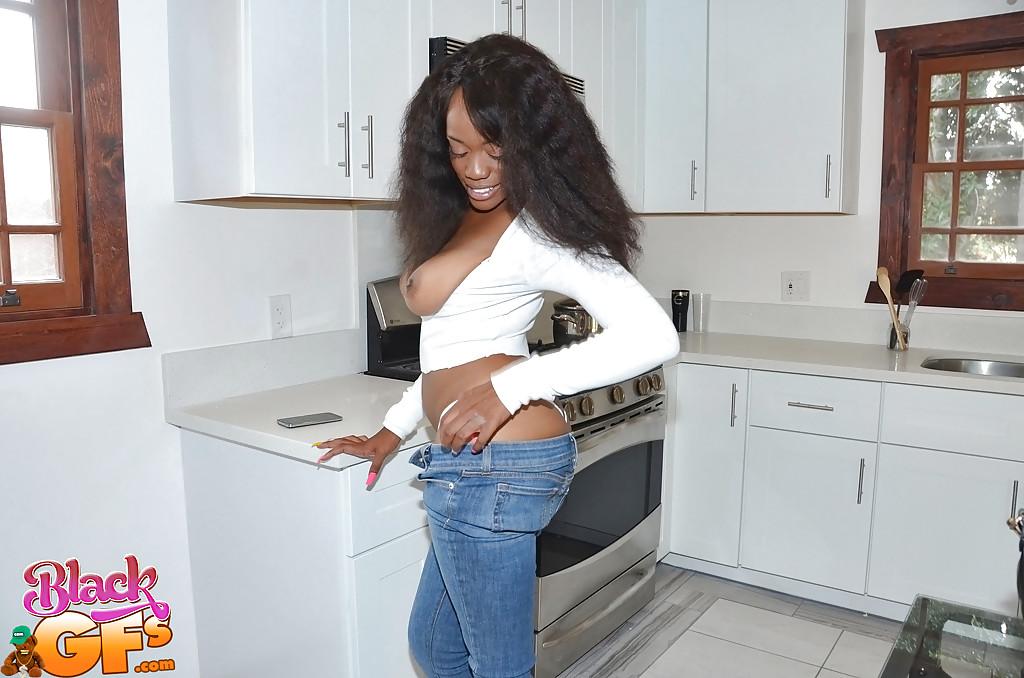 Африканка на кухне светит шикарной попкой
