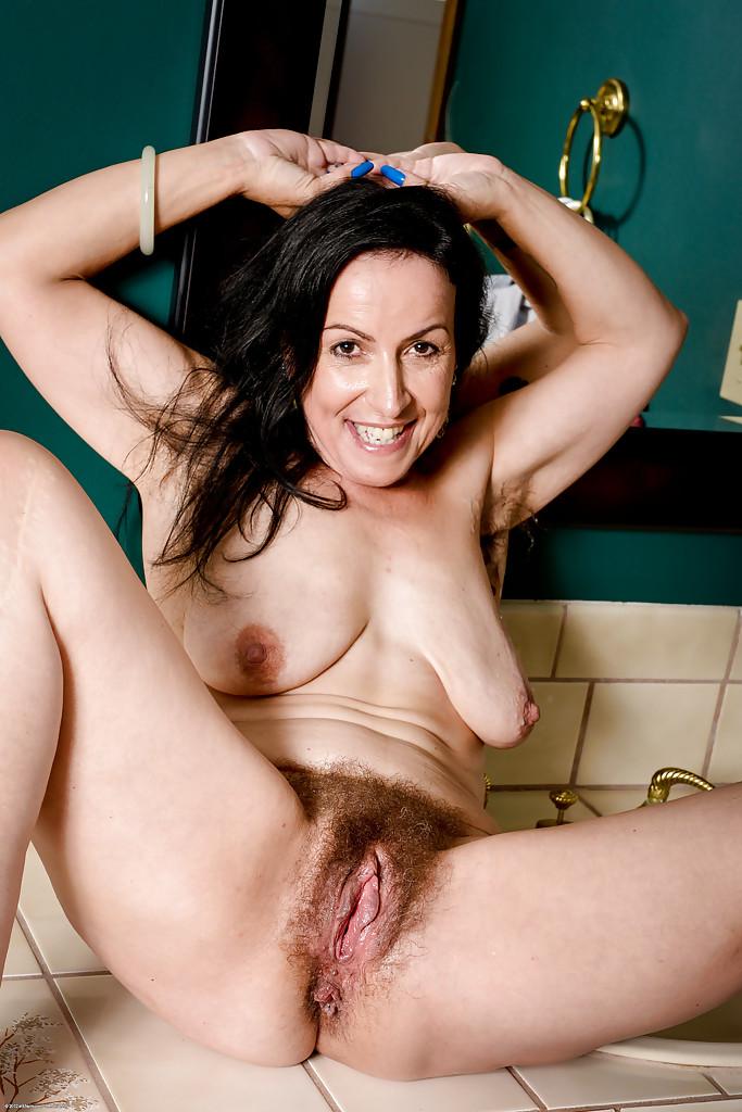 В ванной голая старушка делает любовнику минет