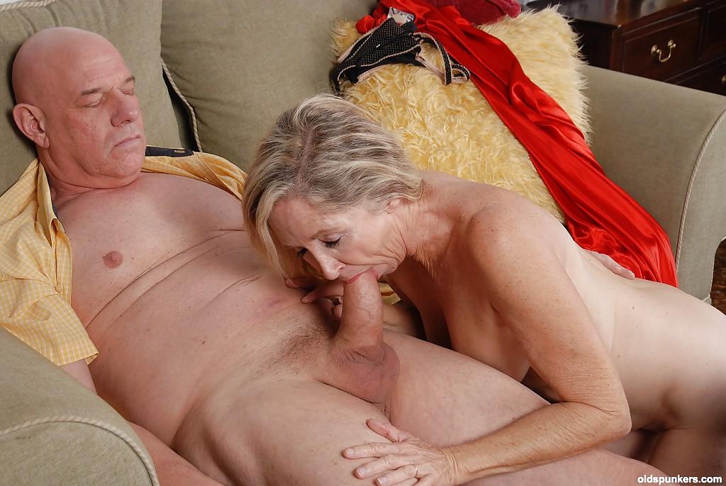 Бабушка отсасывает старику сидящему на диване