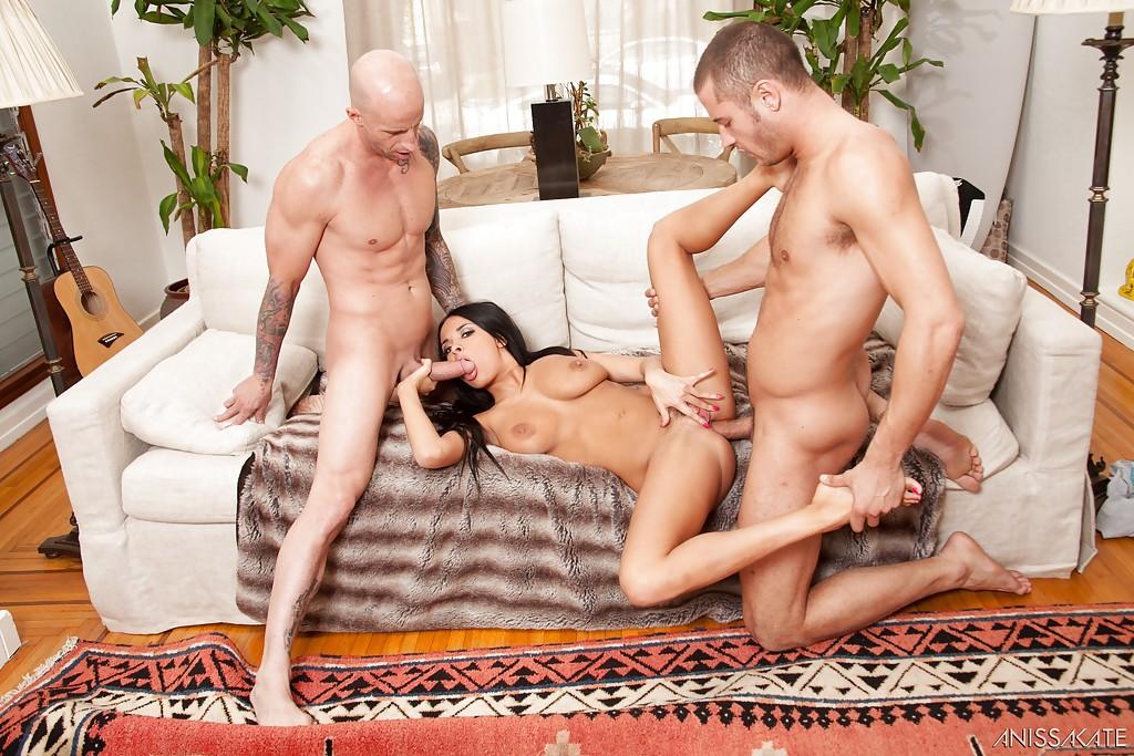 На диване парни дрючат сисястую бестию во все дырки