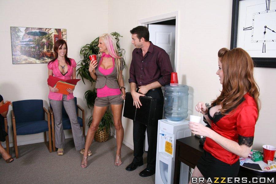 Босс ебется в кабинете с 2-мя работницами