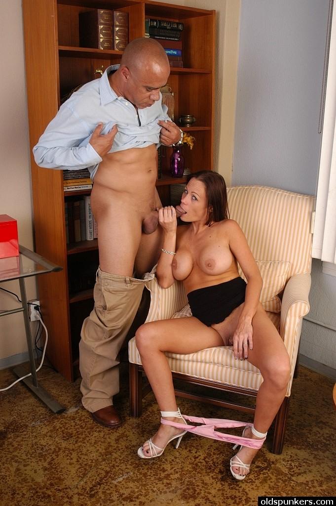 Милфа отсасыват зрелому мулату в его кабинете