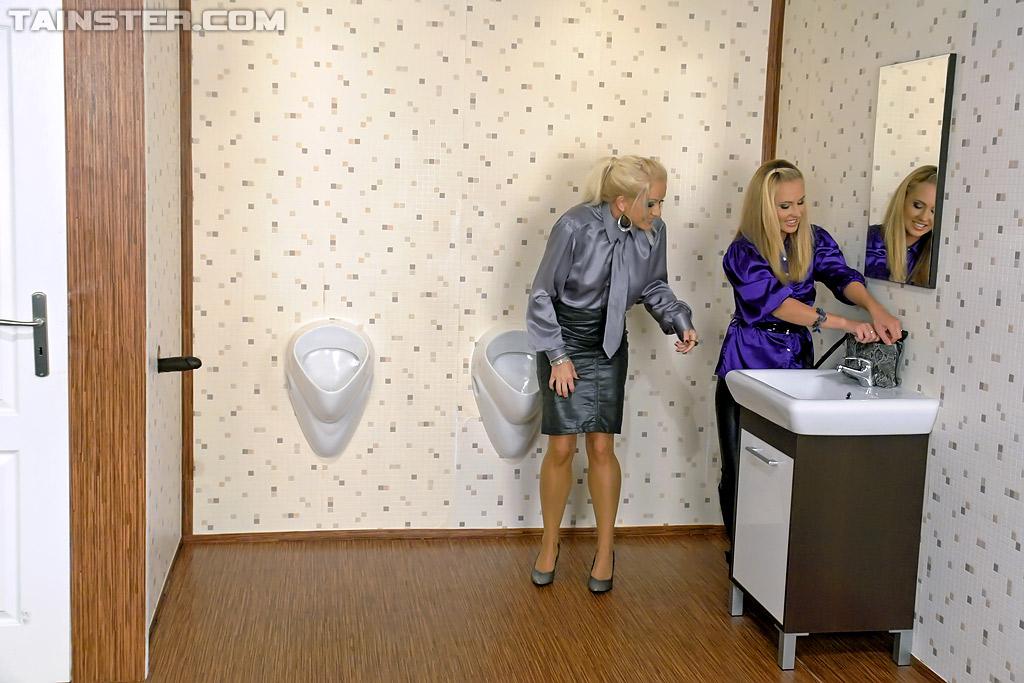 Черный дилдо из стены заливает лесби искусственной спермой