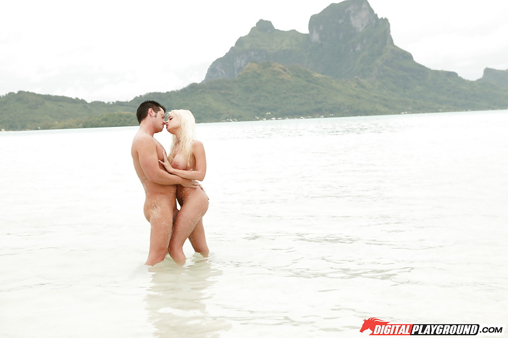 Мужик трахает блондинку стоя по колена в воде