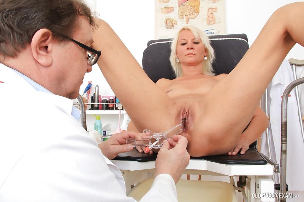 Доктор обследут манду немолодой блондинки сидящей в гинекологическом кресле