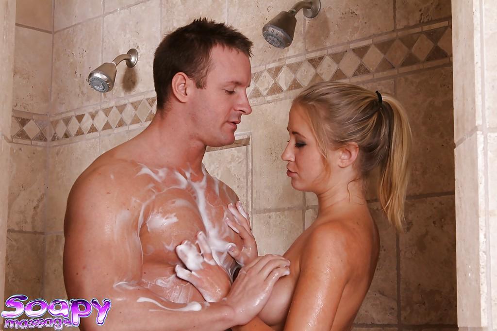 Нимфа делает минет мускулистому сантехнику в ванной комнате