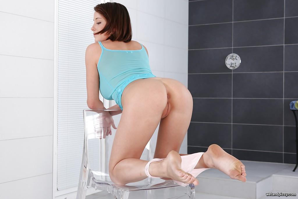 На прозрачном стуле сучка снимает с себя трусы