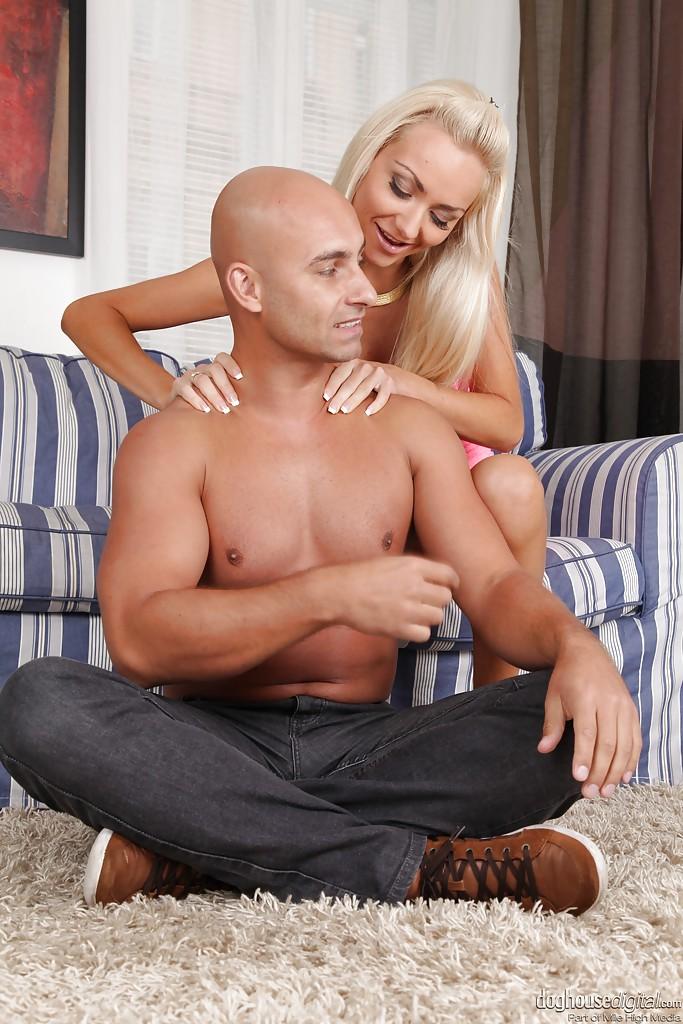 Лысый кавалер на диване занимается сексом с блондинкой