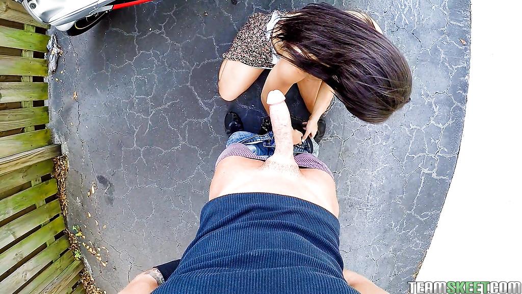 Мотоциклист дал в рот гавайской соске прямо на улице
