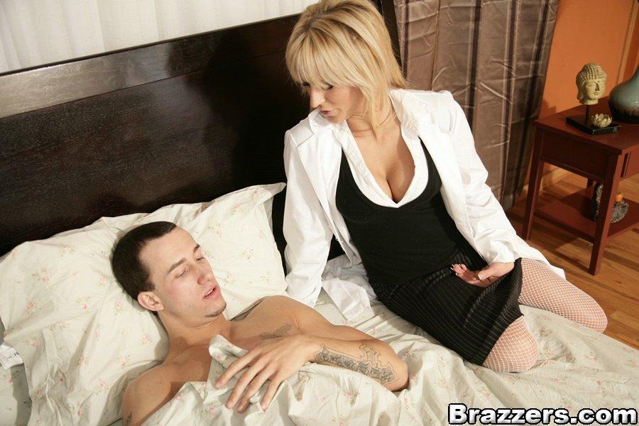 Раздевшаяся врачиха лечит пациента вагинальным интимом