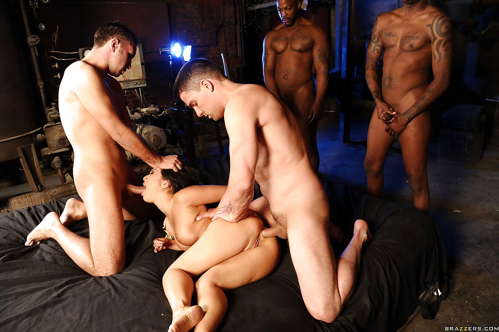Во время групповухи парни долбят азиатку одновременно в анал и ротик